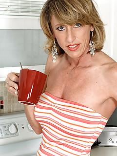 Free MILF Housewife Pics